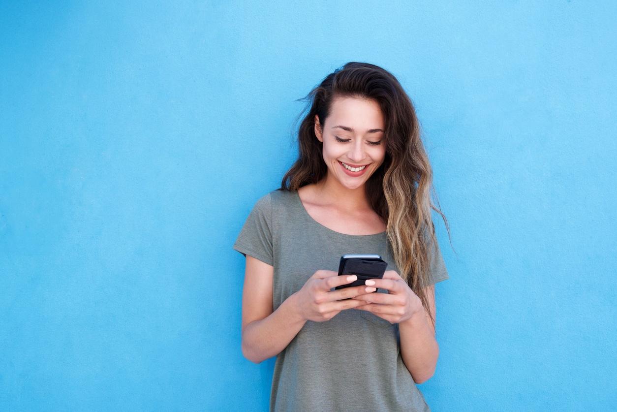 Women-Messaging-Phone.jpg
